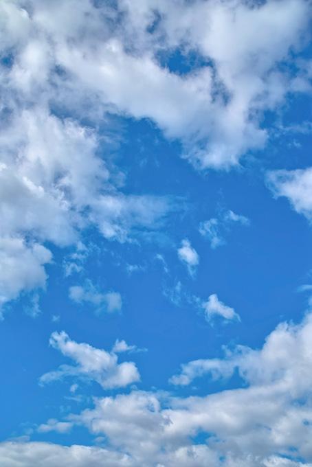 雲の切れ目に覗く青空(青空のフリー画像)