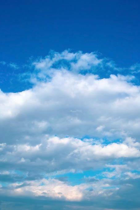 青空と波のような大きな雲(青空のフリー画像)