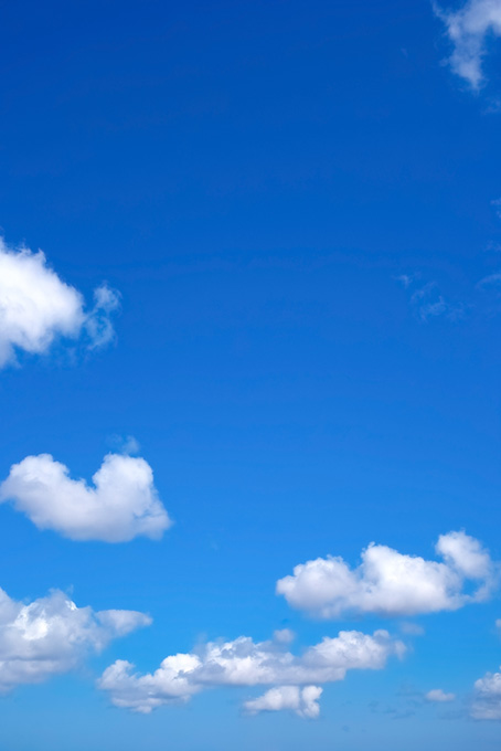 鮮やかな青空と真白の雲(青空のフリー画像)