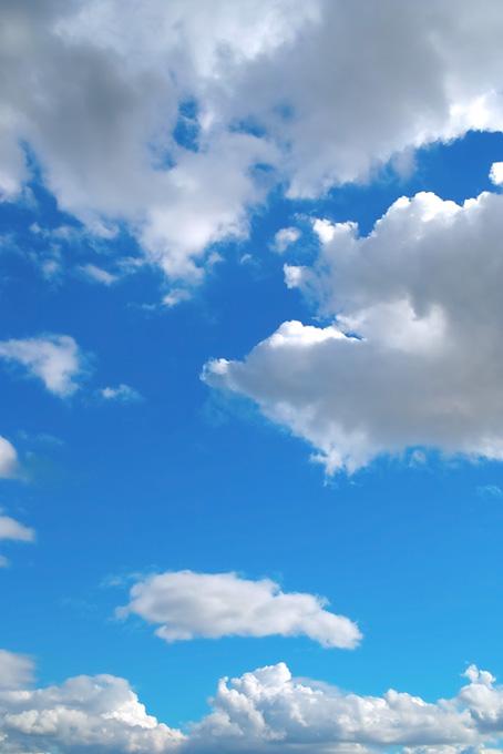 青空が雲と雲に挟まれる