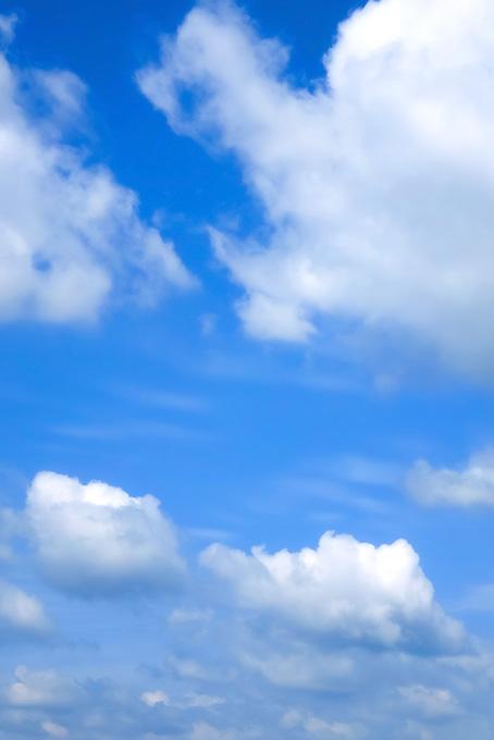 群雲の隙間に見える青空(青空のフリー画像)