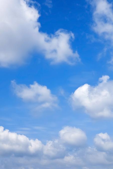 青空に白雲が踊る賑やかな空(青空のフリー画像)