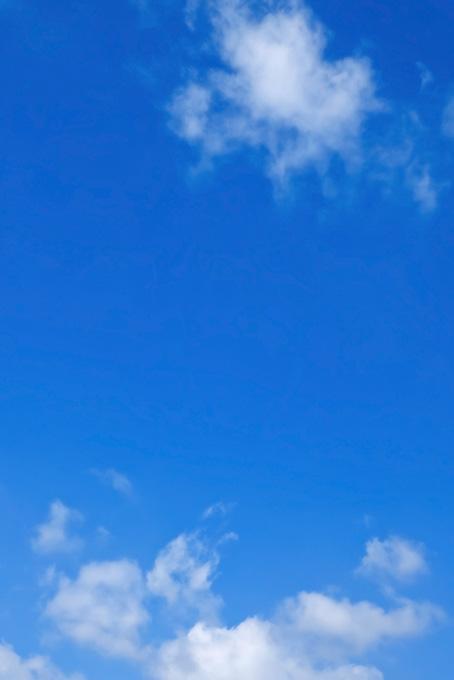 雲が漂う透徹した青空