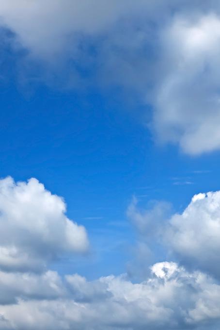 青空が見える密雲の隙間