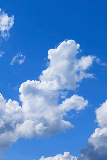 雲が青空に高く伸びる