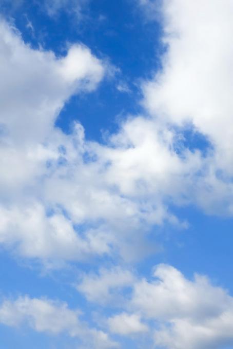 煙のような雲が青空に広がる