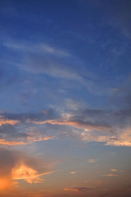 雲を夕焼けの光が照らす(空 おしゃれ テクスチャの画像)