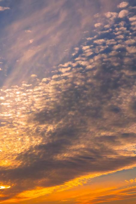 夕焼けが焦がすうろこ雲(空 おしゃれ テクスチャの画像)