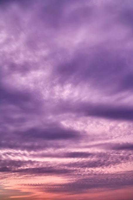 神秘的な紫色に染まる夕焼け(空 おしゃれ テクスチャの画像)