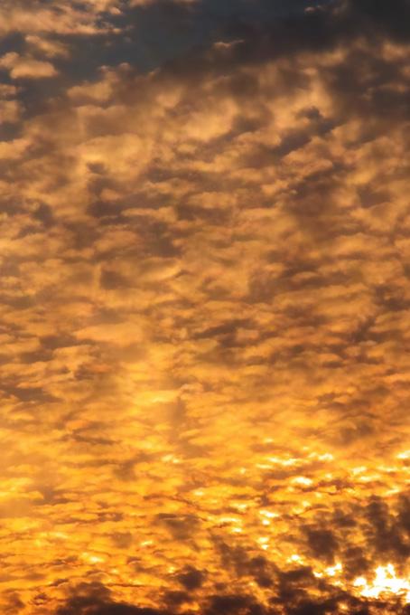 夕焼けが空と雲を焦がす