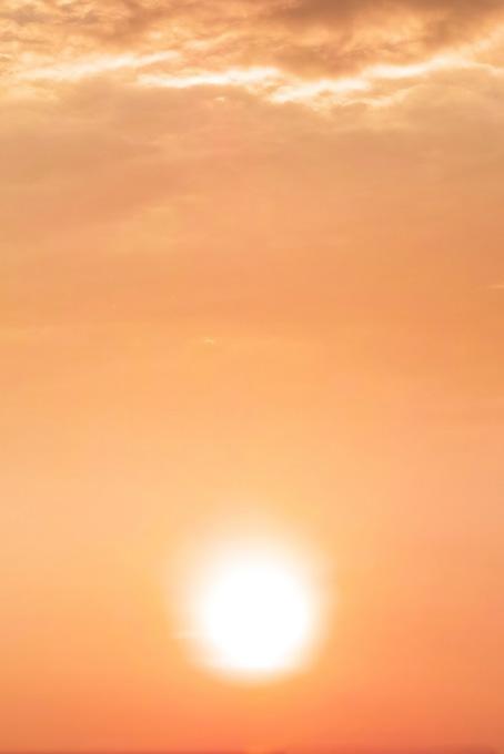 大きな夕陽が夕焼けに暈ける