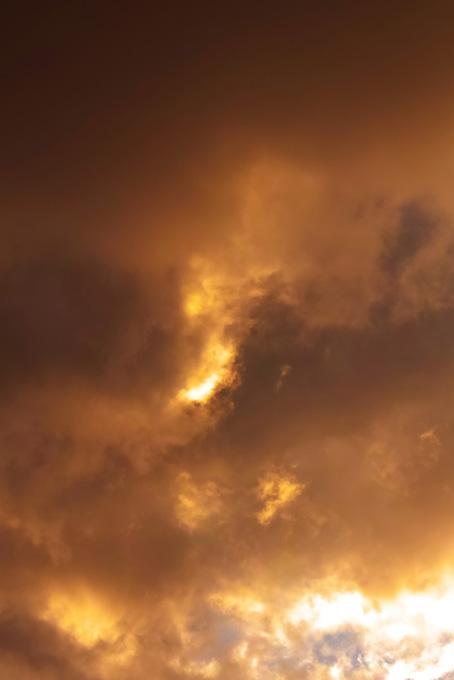 雲が滲む様に広がる夕焼け空