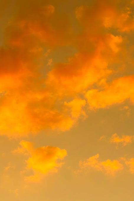 橙色の雲が夕焼けに染まる