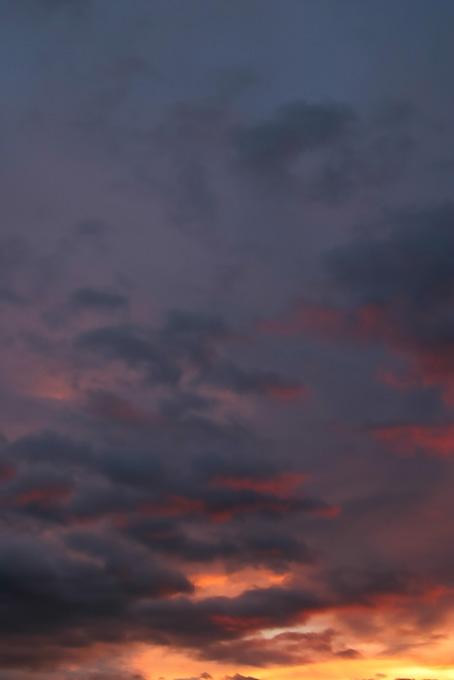 夕焼けが黒い空に輝く