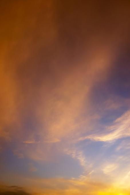 夕焼けの光が薄雲に反射する