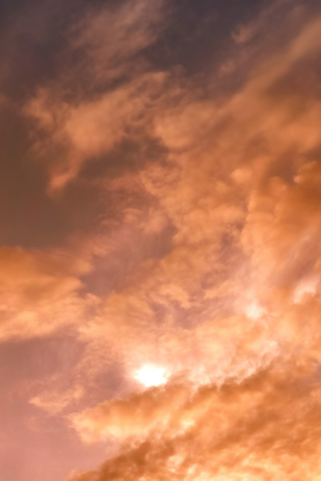 夕焼けが流れる雲を照らす