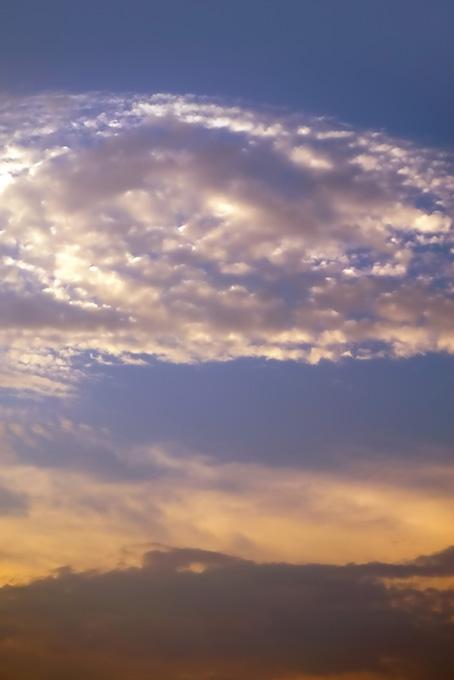 輝く雲が夕焼けに浮かぶ