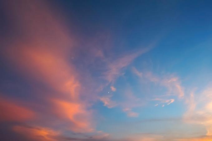 鮮やかな明るい夕焼け空(夕焼け フリーの画像)