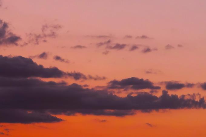 麗しい夕焼けに浮かぶ黒い雲(夕焼け フリーの画像)