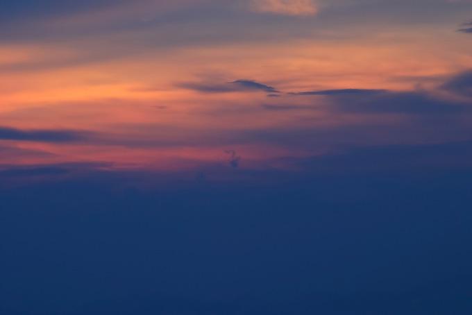 青藍に滲む朱色の夕焼け空(夕焼け フリーの画像)