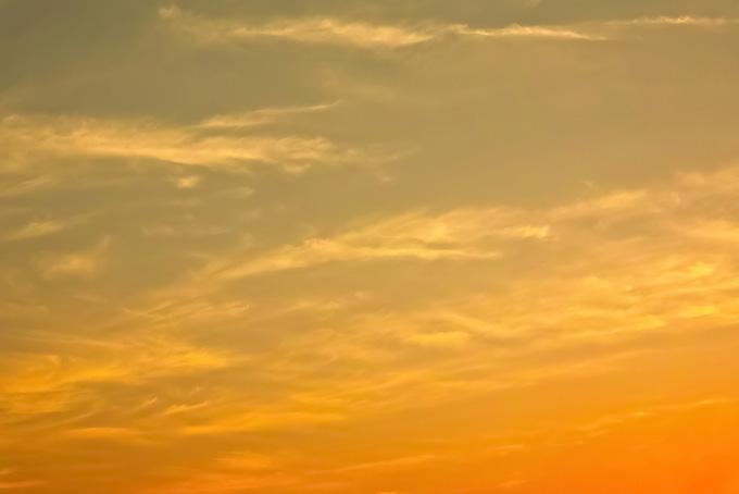 黄色に輝く麗らかな夕焼け(夕焼け フリーの画像)