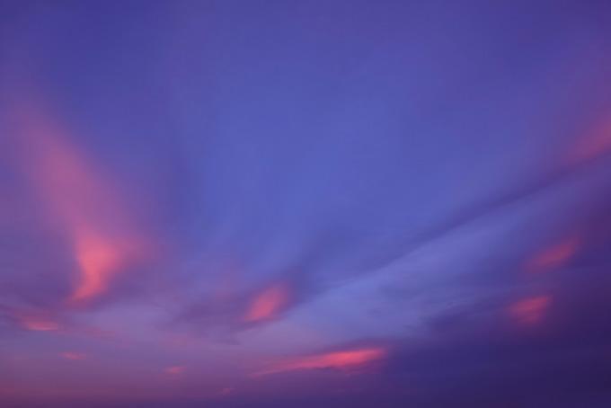 桔梗色の夕焼け空と桃色の雲(夕焼け フリーの画像)