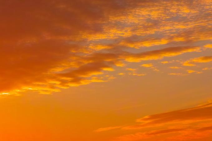 柔らかなオレンジ色の夕焼け(夕焼け フリーの画像)