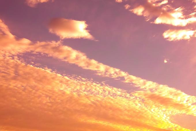 煌めく雲の美しい夕焼け
