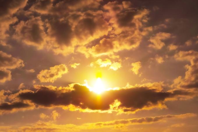 夕焼けの太陽が雲を焦がす