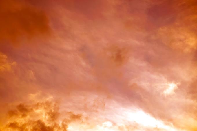 炎に炙られた様な纁色の夕焼け