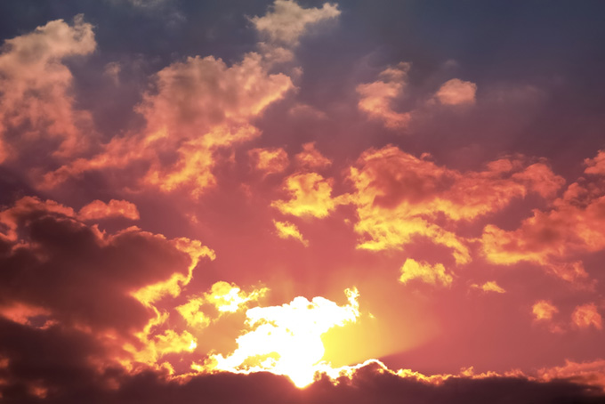 夕陽を浴びて輝く瑞雲の夕焼け