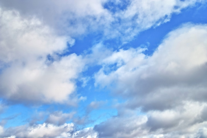 叢雲の隙間に見える空(青空のフリー写真)
