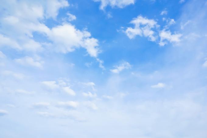 青空が薄雲の彼方に続く