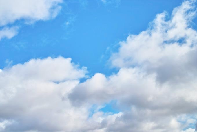 雲の切れ目にみえる青空(青空のフリー写真)