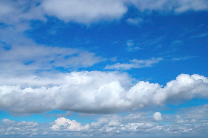 青空の下の茫々たる積雲(青空のフリー写真)