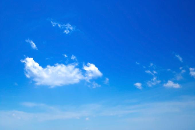 紺色の青空にちぎれ雲が漂う