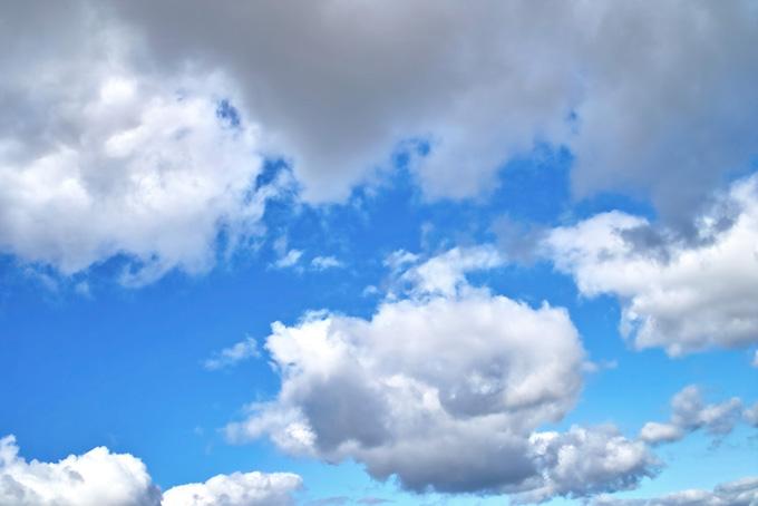 清爽な青空と大きな雲