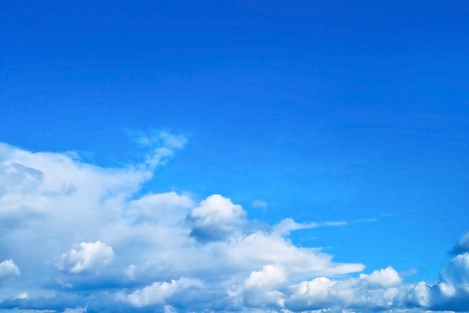 青空の下を這う積雲と濃密雲