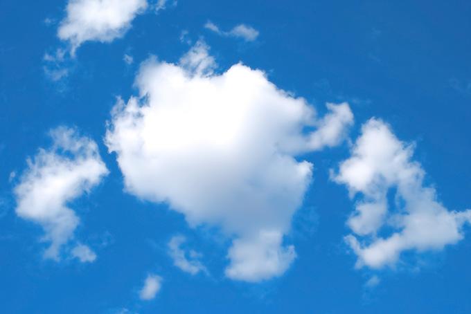 深い青空と印象的な雲(青空 フリーの画像)