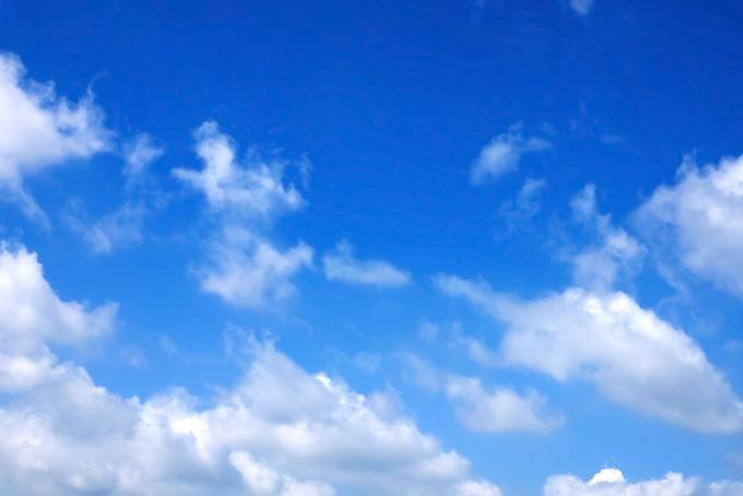 涼やかな青空に踊る雲(青空 フリーの画像)