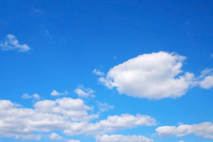 澄み渡る青空と白い雲(青空 フリーの画像)
