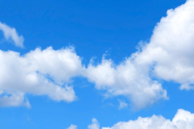青空に白い綿雲が連なる(青空 フリーの画像)