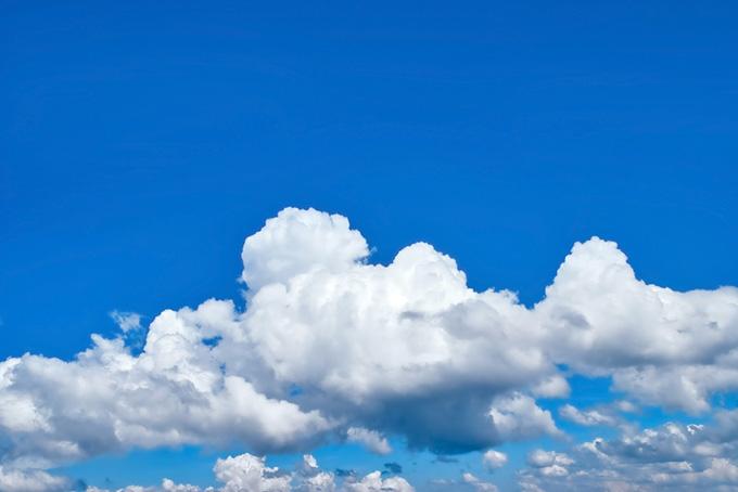 夏の青空に積乱雲が連なる風景(空 フリーの画像)