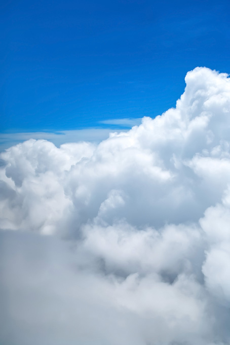 青空の上空に湧き上がる雲