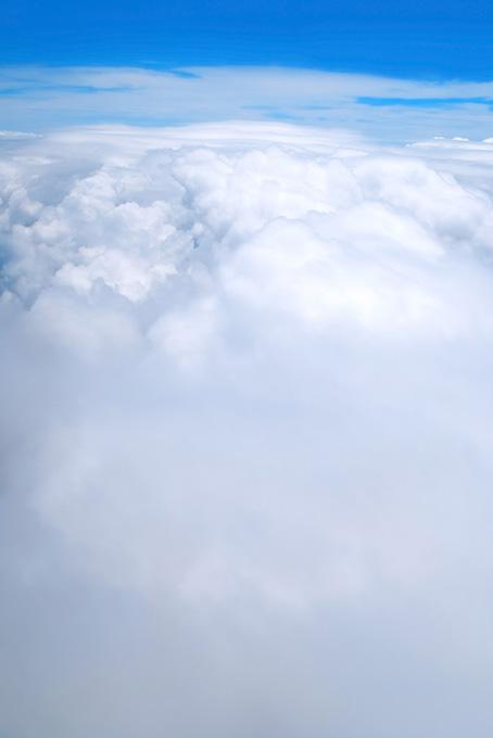 青空の別世界が雲の上に見える