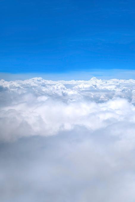 茫々たる雲と上空の澄み切った青空