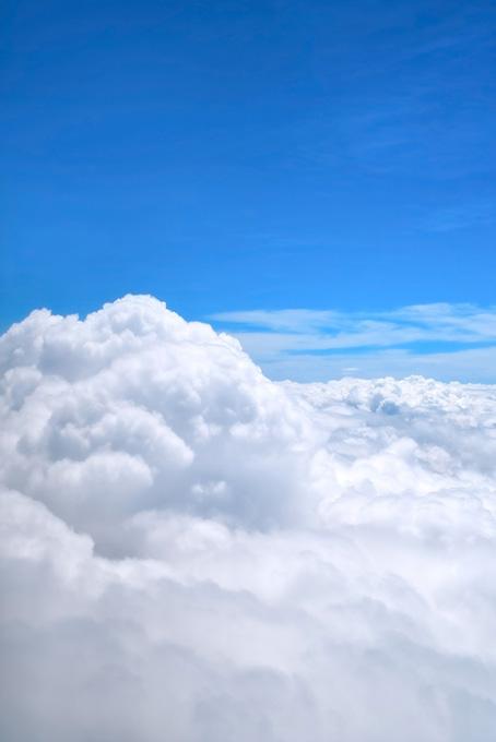 遥かに続く雲と上空の青空