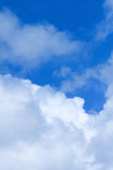 青雲が踊る様に滲む青空