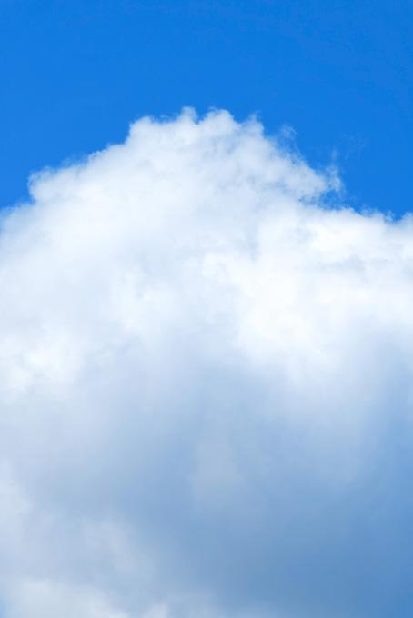 青空に湧き立つ大きな積雲の写真