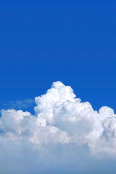 白い雲が囲む清澄な青空